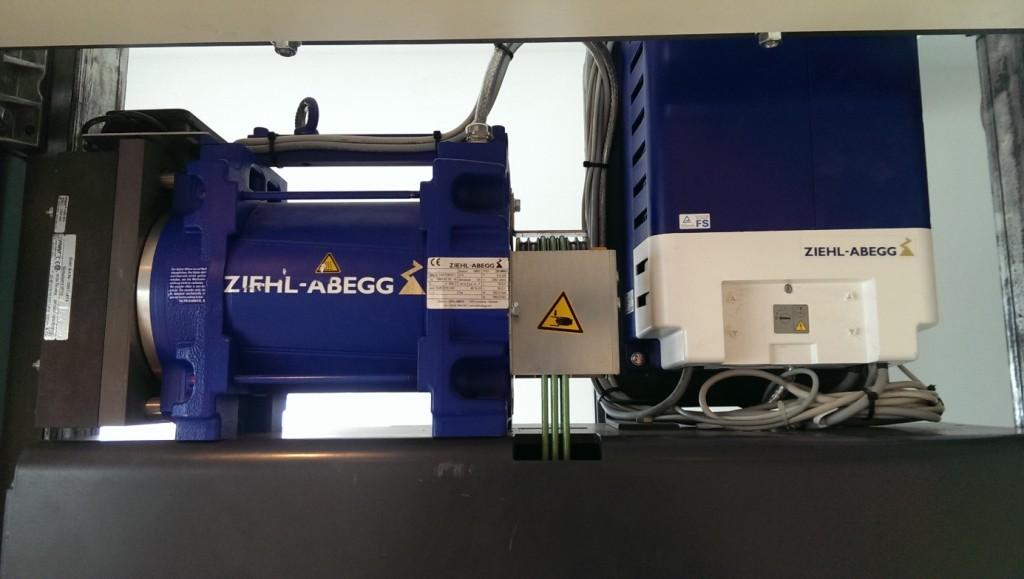 Jedinečné riešenie umiestnenia pohonu výťahu v šachte nám dovoľuje inštaláciu výťahov aj pri extrémne nízkej hlavy šachty (2400mm)